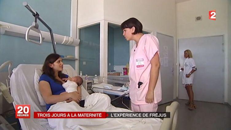 Une jeune maman et deux membres de l'équipe médicale de la maternité de Fréjus (Var) dans une chambre de l'établissement en juin 2014. ( FRANCE 2 / FRANCE TV INFO )