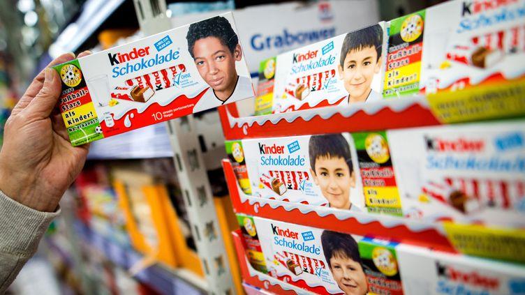 Des emballages de la marque Kinder mettant en scène les joueurs allemands Jérôme Boateng et Ilkay Gündogan, dans un supermarché de Fellbach (Allemagne), le 25 mai 2016. (MAXPPP)