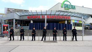 Les forces de police sont positionnées devant le centre commercial de Munich (Allemagne) au lendemain d'unefusillade, vendredi 23 juillet 2016. (KARL-JOSEF HILDENBRAND / DPA / AFP)
