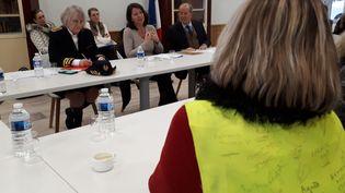 """La ministre de la Santé a rencontré les représentants des """"gilets jaunes"""" dans la salle du conseil municipal d'un petit village de Lozère. (SOLENNE LE HEN / FRANCE-INFO)"""