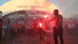 Un supporter marseillais craque un fumigène avant le match OM-Galatasaray, le 30 septembre 2021. (NICOLAS VALLAURI / MAXPPP)