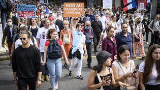 Des manifestants contre l'extension du pass sanitaire, à Paris, le 31 juillet 2021. (JACOPO LANDI / HANS LUCAS)