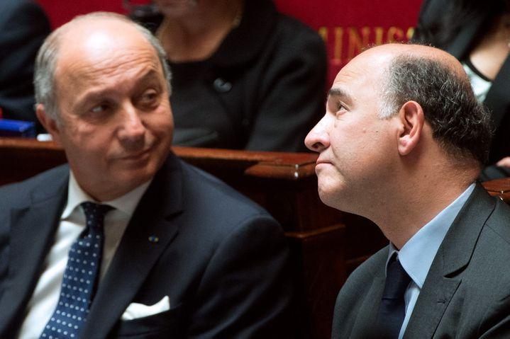 Le ministre des Affaires étrangères, Laurent Fabius (G), et celui de l'Economie, Pierre Moscovici, le 4 juin 2013, à l'Assemblée nationale. (BERTRAND LANGLOIS / AFP)