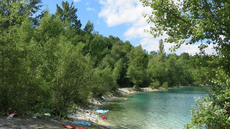 Le lac des Ciments à Beaumont-sur-Oise, dans le Val d'Oise. (MAIRAM GUISSE / MAXPPP)