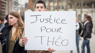 Un manifestant brandit une pancarte de soutien à Théo, le 11 février 2017 à Toulouse (Haute-Garonne). (PABLO TUPIN / CITIZENSIDE / AFP)