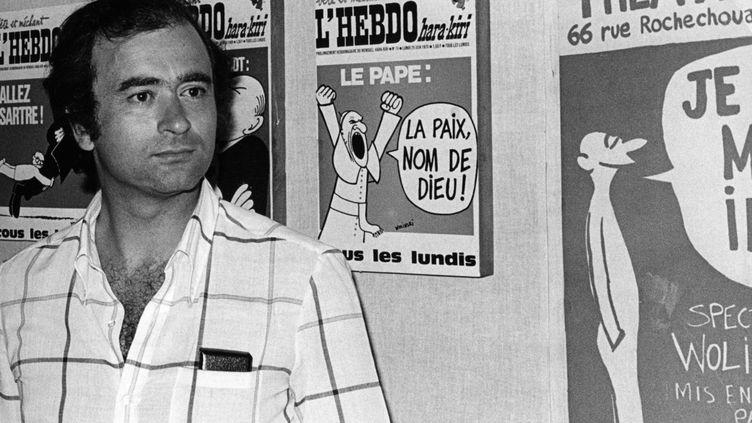 Georges Wolinksi devant ses dessins publiés en Une de l'Hebdo Hara-Kiri, lors de l'exposition du 17ème anniversaire de l'attaque de la caserne de Moncada, en 1970. (KEYSTONE-FRANCE / GAMMA-KEYSTONE)