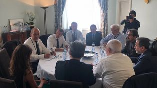 Le ministre des Affaires étrangères iranien,Mohammad Javad Zarif (de dos, avec la chemise blanche), à l'occasion d'une réunion en marge du sommet du G7, à Biarritz (Pyrénées-Atlantiques), avec son homologue français, Jean-Yves Le Drian, et le président français, Emmanuel Macron. (JAVAD ZARIF'S OFFICIAL TWITTER ACCOUNT / TWITTER / AFP)