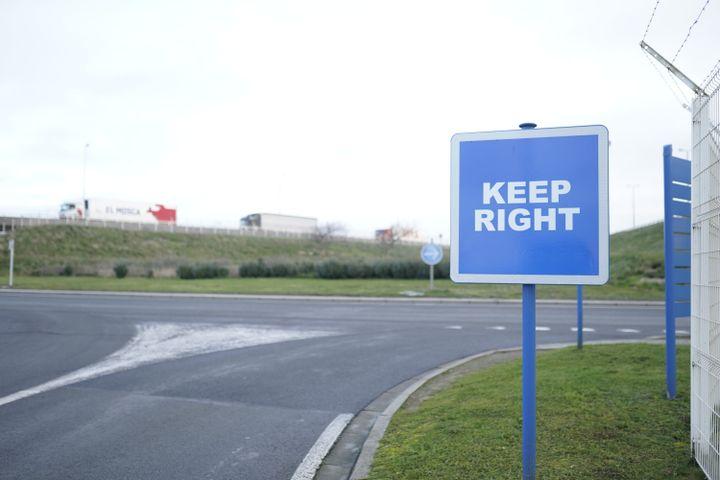 A l'entrée de Calais, unpanneau destiné aux Britanniques rappelle de bien rouler à droite. (PIERRE-LOUIS CARON / FRANCEINFO)