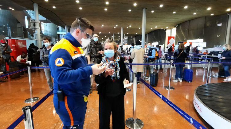 File d'attente pour le test antigenique à l'aéroport de Roissy près de Paris, en avril 2021 (BENJAMIN  ILLY / FRANCE-INFO)