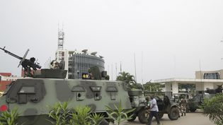 Des soldats gabonais se tiennent devant la radio-télévision gabonaise à Libreville le 7 janvier 2019. (STEVE JORDAN / AFP)