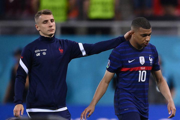 Kylian Mbappé réconforté par Lucas Digne, le 28 juin à Bucarest (FRANCK FIFE / POOL)