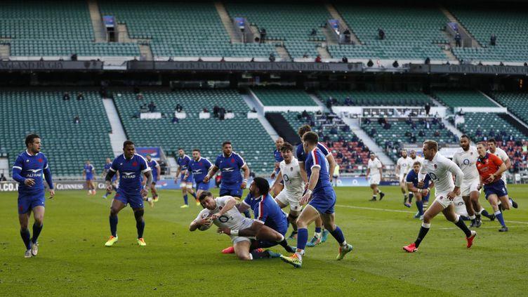 L'Anglais Ben Youngs pris par la solide défense française. (ADRIAN DENNIS / AFP)