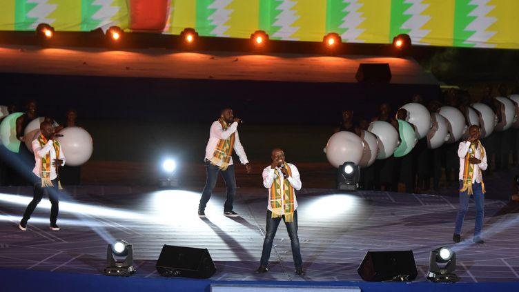 Le groupe Magic System sur scène à Abidjan, 21 juillet 2017  (SIA KAMBOU / AFP)