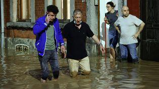 Des personnes quittent leur domicile après les violentes pluies, à Namur (Belgique), le 24 juillet 2021. (DURSUN AYDEMIR / ANADOLU AGENCY)