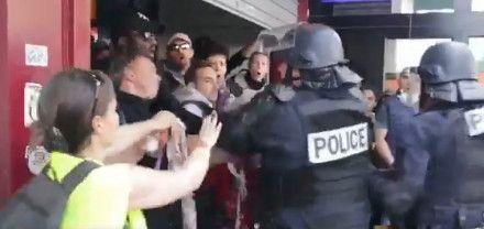 Image issue de la vidéo montrant un policier giflant un homme à Paris lors des manifestations du 1er-Mai 2019. (CAPTURE ECRAN VIDEO TWITTER / STREET PHOTOGRAPHE)