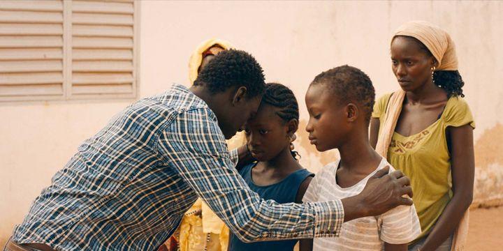 Moustapha Mbengue (Amin), Marème N'Diaye (Aïcha, à droite) et les acteurs qui interprètent leurs enfants dans une scène du film «Amin» de Philippe Faucon. (Photo du film «Amin» de Philippe Faucon)