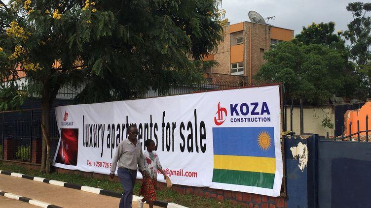 Panneau publicitaire en anglais dans les rues de Kigali. Anciennement francophone, le Rwanda parle désormais anglais. (ED CROPLEY / X03847)