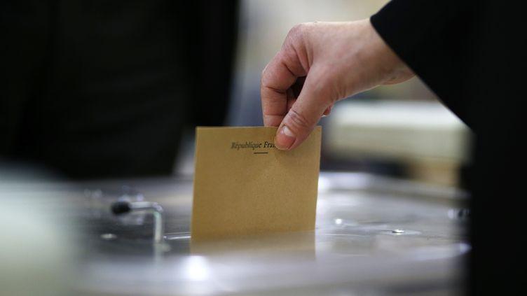 Un électeur vote à Pantin, près de Paris, le 23 avril 2017 (illustration). (BENJAMIN CREMEL / AFP)