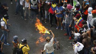 Des opposants au président Maduro manifestent à Caracas, le 30 juillet 2017. (CARLOS GARCIA RAWLINS / REUTERS)