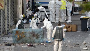Les enquêteurs sur les lieux de l'assaut à Saint-Denis (Seine-Saint-Denis), le 19 novembre 2015. (ERIC FEFERBERG / AFP)