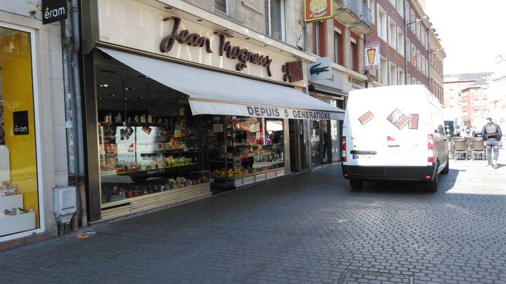 La famillede la femme d'Emmanuel Macron, Brigitte Trogneux, est une grande famille d'Amiensqui possède la célèbre entreprise de pâtisserie d'Amiens avec trois boutiques dans la ville. Sa spécialité : les macarons. (Vincent DELORME / RADIO FRANCE)