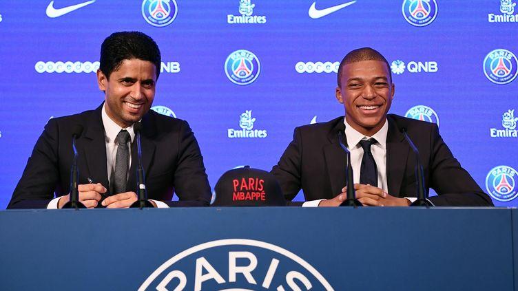 Le président du PSG, Nasser Al-Khelaifi, et le nouvel attaquant du PSG, Kylian Mbappé, le 6 septembre 2017 au Parc des Princes. (FRANCK FIFE / AFP)