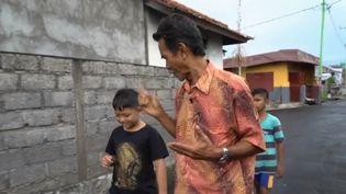 Dans un village d'Indonésie, presque tout le monde parle la langue des signes. Dans le nord de l'île de Bali, les sourds sont 15 fois plus nombreux qu'ailleurs. (FRANCE 2)