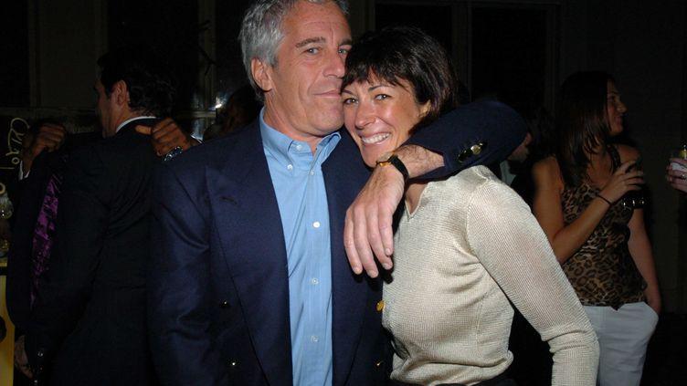 Jeffrey Epstein et Ghislaine Maxwell lors d'une soirée, le 15 mars 2005, à New York (Etats-Unis). (PATRICK MCMULLAN / GETTY IMAGES)
