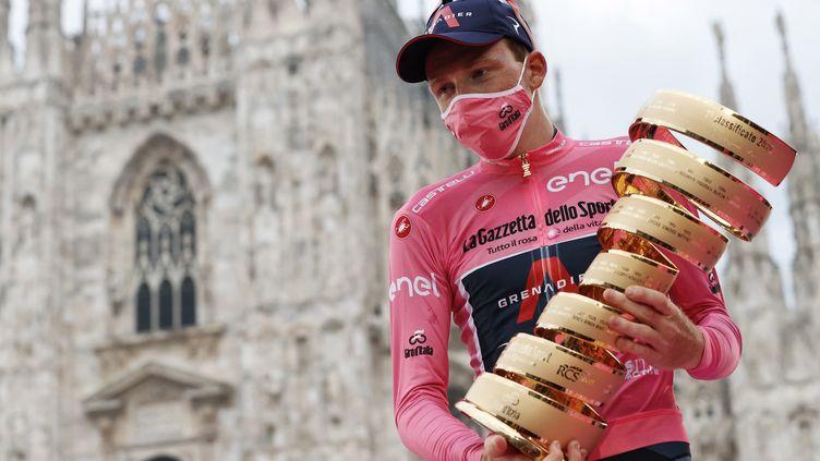 Tao Geoghegan Hart (Ineos-Grenadiers) célébrant sa victoire finale sur le Tour d'Italie 2020 en octobre dernier devant le Dôme de Milan. (LUCA BETTINI / AFP)