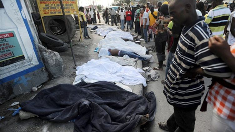 Des corps jonchent les rues de Port-au-Prince, après le séisme du 12 janvier (14-01-2010) (AFP / Thomas Coex)