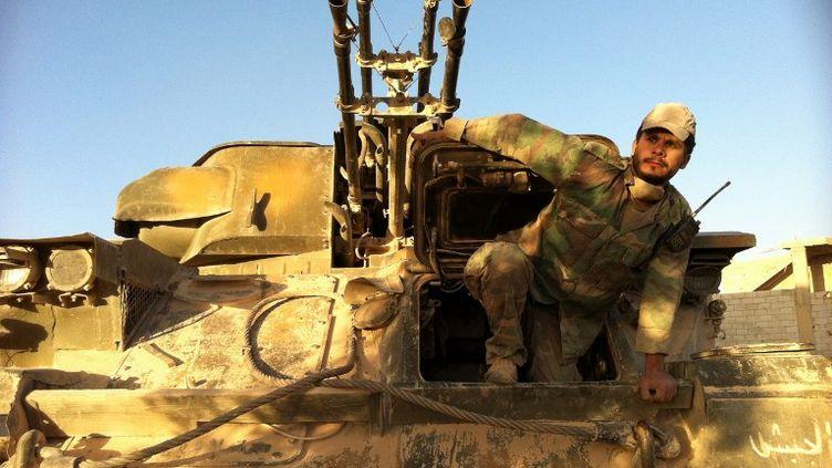 Un soldat de l'armée régulière syrienne sort d'un char, dans la ville de Qousseïr (Syrie), reprise aux rebelles mercredi 5 juin 2013. ( AFP )