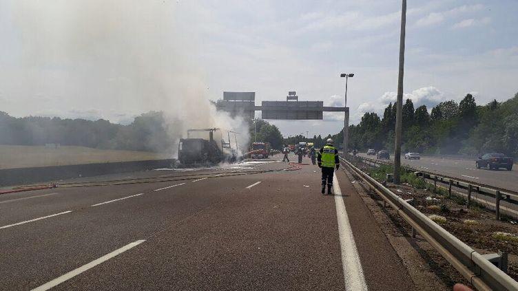 Camion transportant du papier toilette détruit par les flammes, sur l'autoroute A31, à hauteur de Moulins-lès-Metz, le 6 juin 2018. (CRS 57)