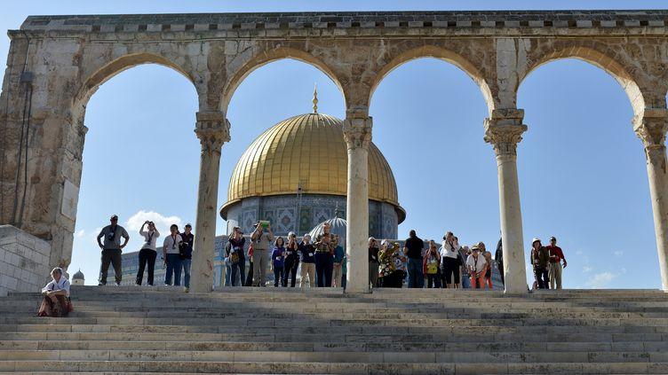Des touristes sur l'esplanade des Mosquéesà Jérusalem (Israël), le 27 octobre 2014. (SALIH ZEKI FAZLIOGLU / ANADOLU AGENCY / AFP)