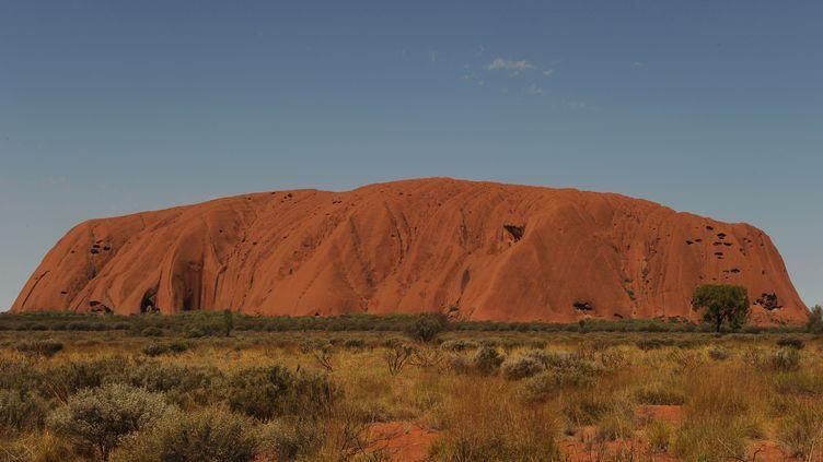 Le rocher Uluru, au cœur du désert australien, photographié le 11 octobre 2013. (GREG WOOD / AFP)