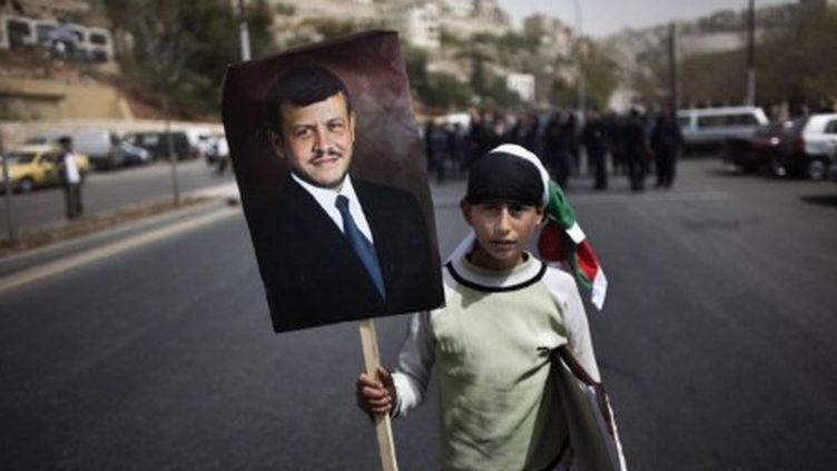 Jeune Jordanien manifestant avec le portrait du roi à Amman (1-4-2011) (AFP - MARCO LONGARI )