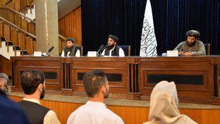 Des porte-paroles des talibans lors d'une conférence de presse à Kaboul, le 24 août 2021 (Afghanistan). (HOSHANG HASHIMI / AFP)