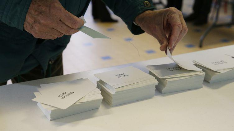 Un bureau de vote, installé pour le premier tour de la primaire de la gauche, le 22 janvier 2017. (GEOFFROY VAN DER HASSELT / AFP)