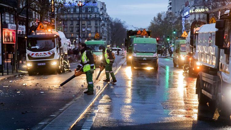 """Les agents d'entretien travaillent dans les rues de Paris. Les agents d'entretien font partie des métiers de deuxième ligne qui peuvent bénéficier de la """"prime Macron"""". Photo d'illustration. (VINCENT ISORE / MAXPPP)"""