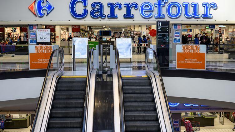 L'entrée d'un supermarché Carrefour, en Seine-Saint-Denis, le 3 novembre 2020. Photo d'illustration. (BERTRAND GUAY / AFP)