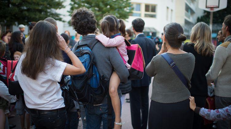 Des parents et des élèves dans une école élémentaire de Paris, le 3 septembre 2013. (MARTIN BUREAU / AFP)
