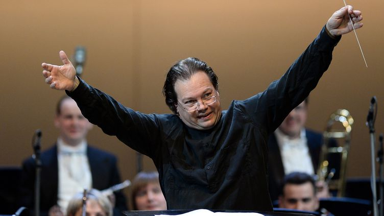 Le chef d'orchestre russeAlexander Vedernikov en octobre 2015 après un concert en l'honneur deLeonid Desyatnikovà la salleTchaïkovski de Moscou. (MAKSIM BLINOV / SPUTNIK)