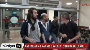 Capture d'écran des images des otages français libérés, diffusée par la télévision turque DHA, le 19 avril 2014. (DHA / FRANCETV INFO )