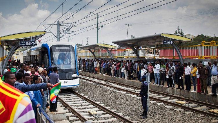 Les passagers font la queue pour prendre le tramway éthiopien le 20 septembre 2015 (jour de l'inauguration) à Addis-Abeba. Ce premier tramway moderne en Afrique subsaharienne est un projet d'infrastructure massif financé par la Chine. (MULUGETA AYENE/AFP)