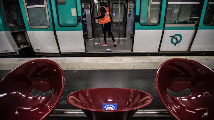 Un employé nettoie une rame du métro à la station Balard, à Paris, le 12 mai 2020. (MAXPPP)