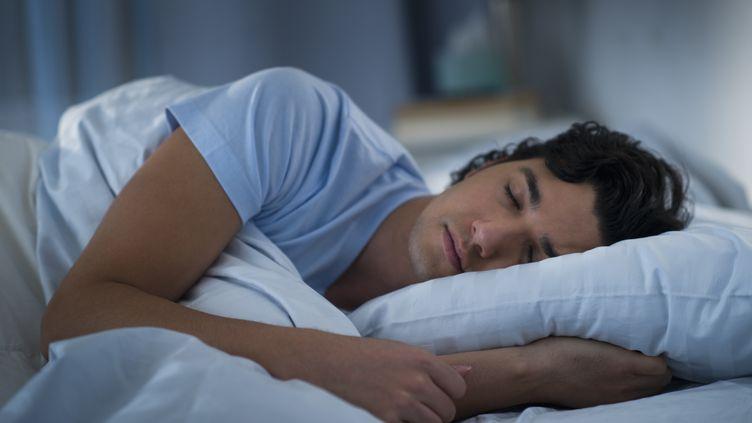 Les actifs français dorment en moyenne 6h55 par nuit, selon une étude de l'Institut national du sommeil et de la vigilance publiée en 2012. (GETTY IMAGES)