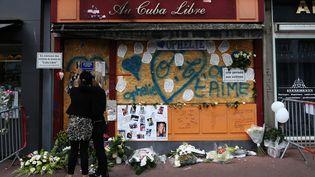 Des proches rendent hommages aux 14 victimes de l'incendie du bar Cuba Libre, à Rouen (Seine-Maritime), le 6 août 2017. (CHARLY TRIBALLEAU / AFP)