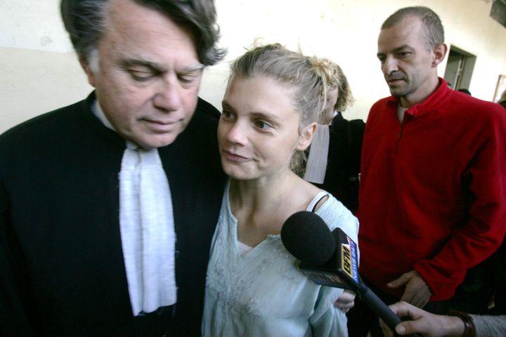 Emilie Lelouch et Eric Breteau (en rouge), ici en 2007 à N'Djamena (Tchad),ont été défendus par l'avocatGilbert Collard (à g.) au début de l'affaire. (MAXPPP)
