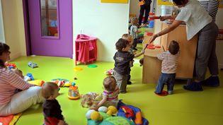 Des puéricultrices d'une crèche inter-entreprises du groupe Babilou jouent avec des enfants, le 16 septembre 2010 à Bordeaux. (JEAN-PIERRE MULLER / AFP)