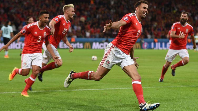 Hal Robson-Kanu célèbre son but, marqué face à la Belgique, en quart de finale de l'Euro, au stade Pierre-Mauroy de Lille, le 1er juillet 2016. (PAUL ELLIS / AFP)