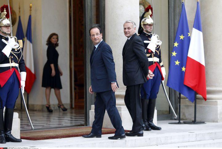 Valérie Trierweiler (au second plan) attend François Hollande et Jean-Marc Ayrault, lors de la visite d'Aung San Suu Kyi à Paris, le 26 juin 2012. (CHESNOT / SIPA)